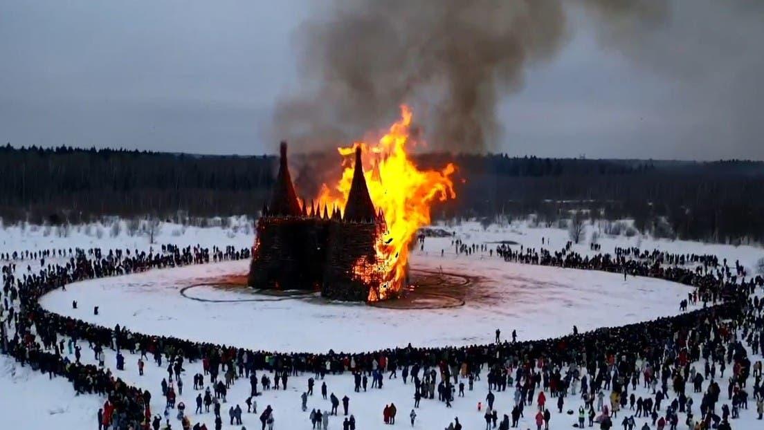 Como parte de las celebraciones de la Máslenitsa, fue quemado un castillo gigante construido con materiales naturales