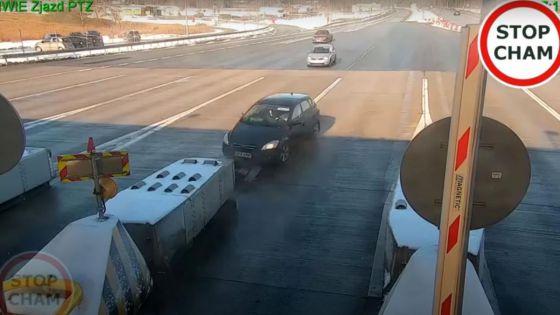 Impacta su auto en caseta, sale ileso y huye del lugar