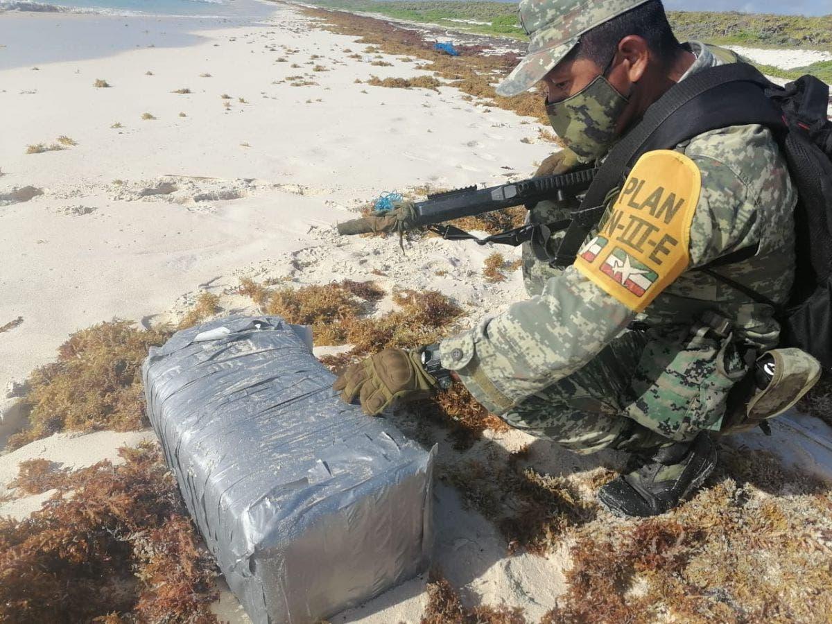 'Escupe' el mar 36 kilos de cocaína en una playa de Cozumel.