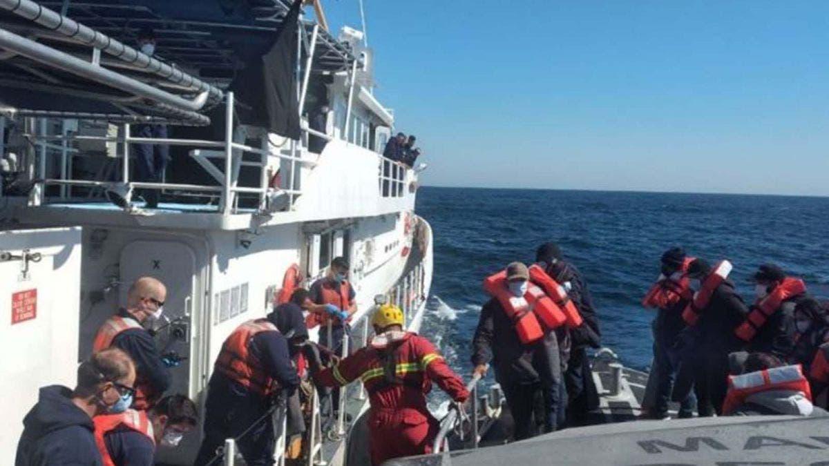 Rescatan a 19 náufragos en altamar en Baja California