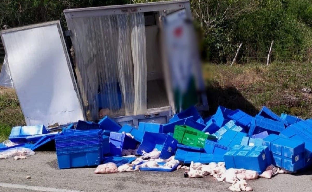 Transporte de alimentos vuelca en la vía Sucilá-Tizimín; reportan pérdida económica