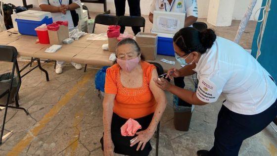 Aplican vacuna contra Neumococo a adultos mayores en zona maya