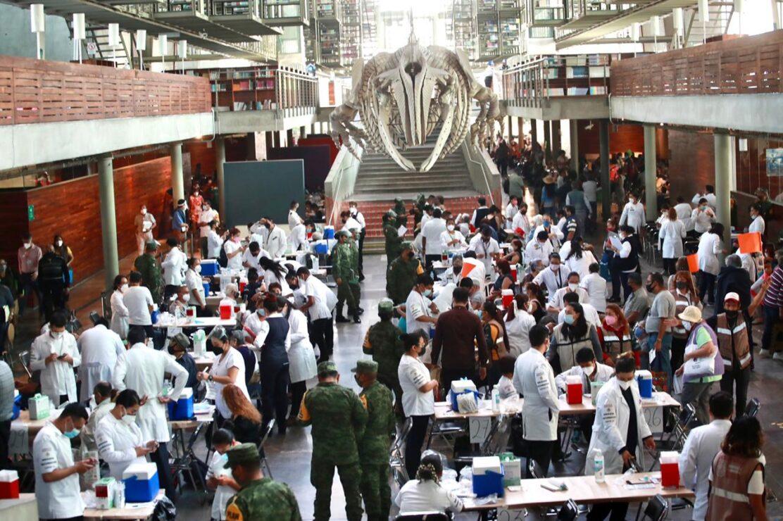 Adultos mayores reciben la vacuna contra Covid-19 en la biblioteca Vasconcelos, en la alcaldía Cuauhtémoc, Ciudad de México, el 30 de marzo de 2021.