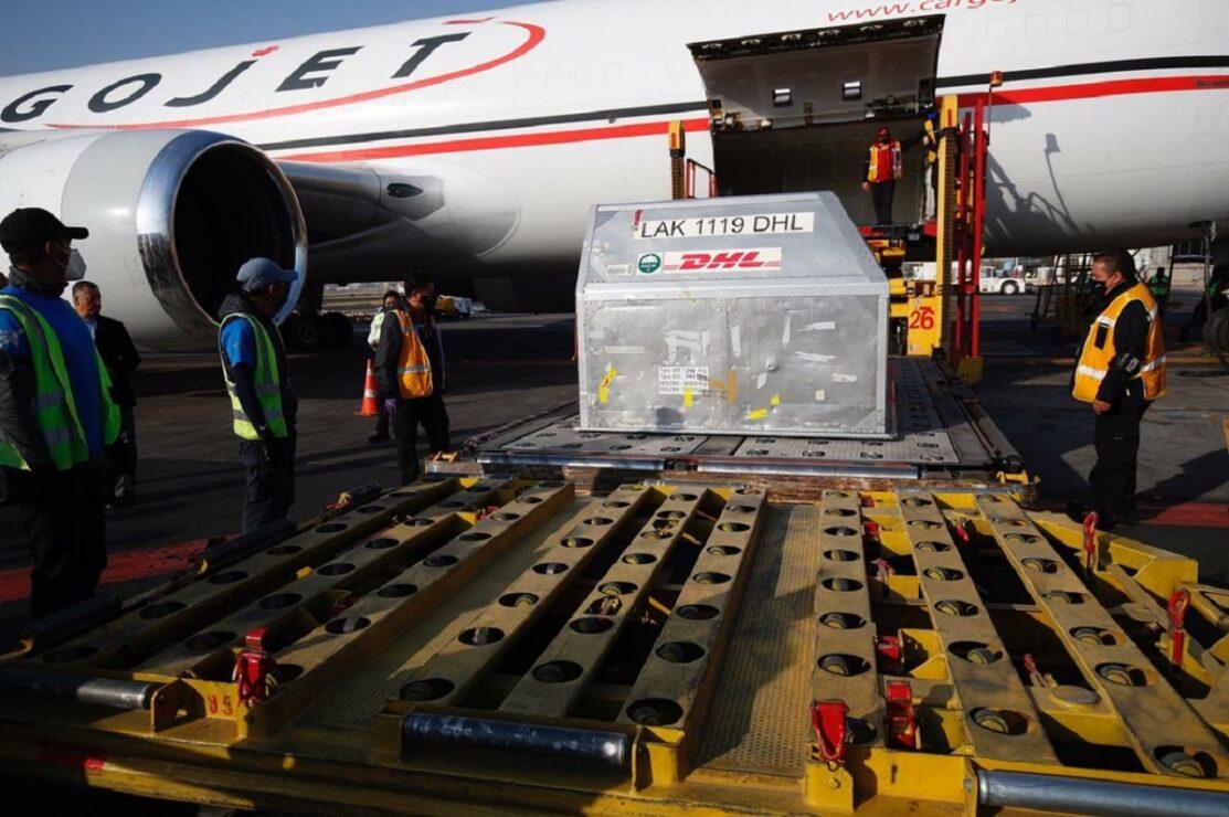Bernardo Aguilar Calvo, director para Europa de la cancillería; Viktor Koronelli, embajador de Rusia en México y Pedro Zenteno, director general de Birmex, reciben el tercer cargamento con 500 mil dosis de vacunas Sputnik-V contra el Covid-19, en la terminal 1 del AICM, el 31 de marzo de 2021.