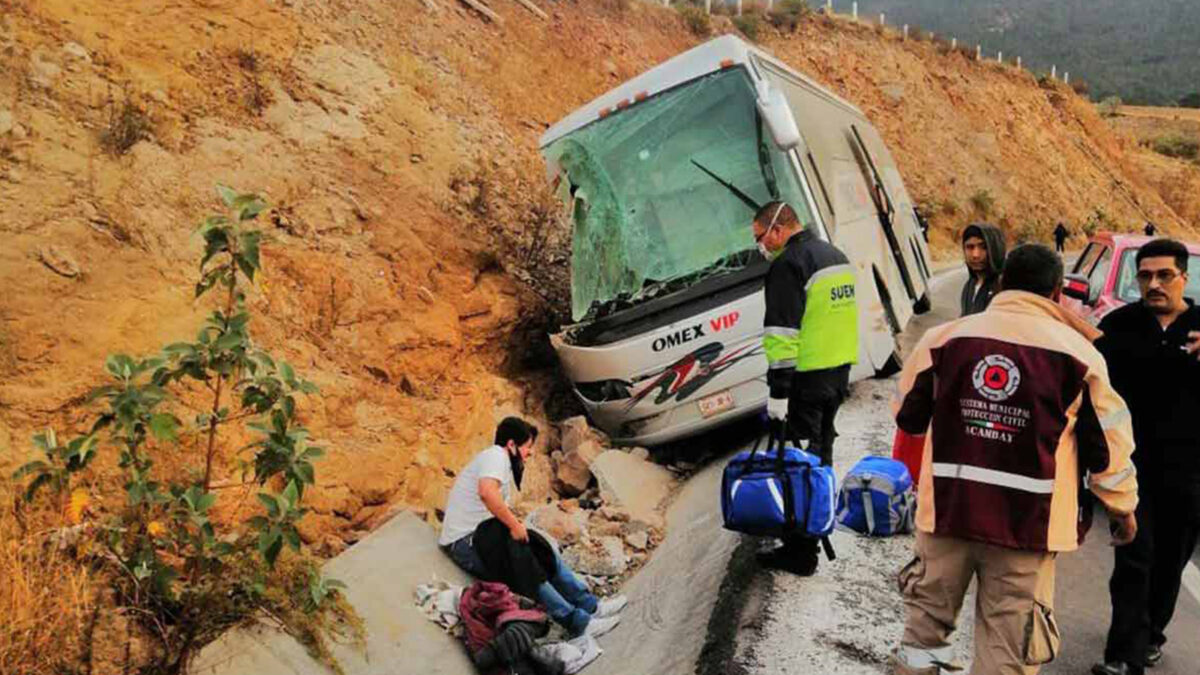 Volcadura de autobús de pasajeros deja siete muertos en Toluca