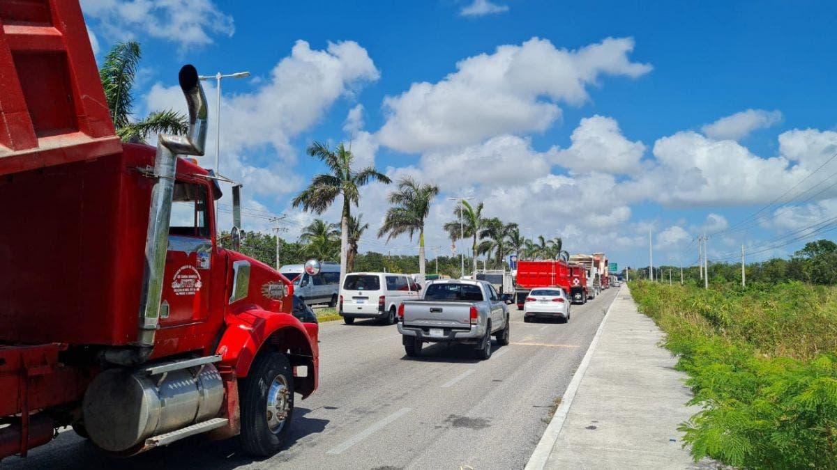 Video: Transportistas de la AMOTAC toman carreteras en Quintana Roo.