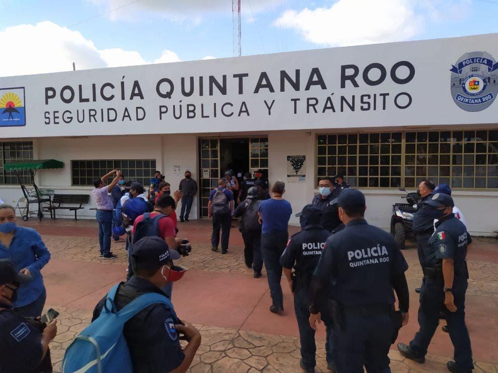 Policías de Cozumel se van a paro ante incumplimientos del edil Pedro Joaquín.