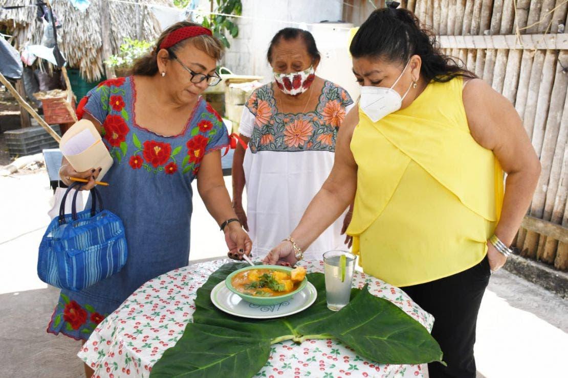 Participan abuelitas en concurso de platillos típicos de la Cuaresma.
