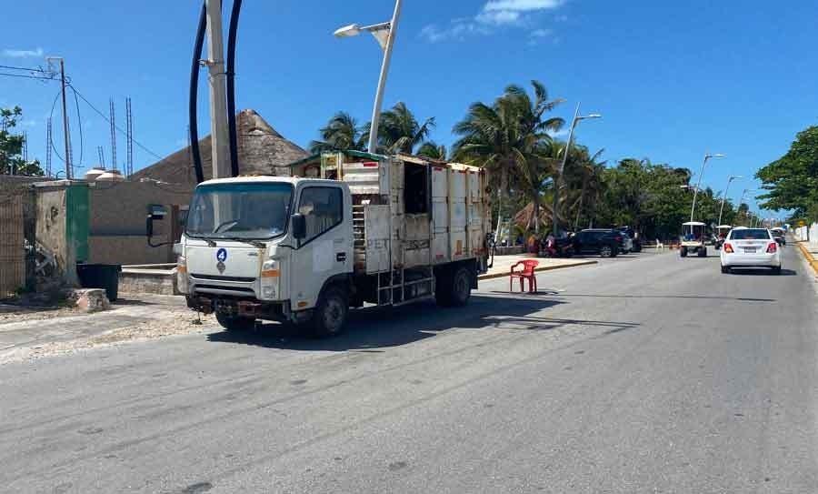 Mal estado de camiones agrava problema de la basura en Isla Mujeres.