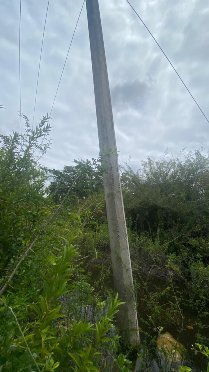 Postes de la CFE a punto de caer en comunidades mayas de Felipe Carrillo Puerto; habitantes de varias comunidades temen quedarse sin energía de un momento a otro.