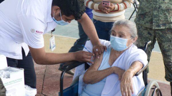 Adultos mayores de Lázaro Cárdenas recibirán en abril segunda dosis contra Covid-19.