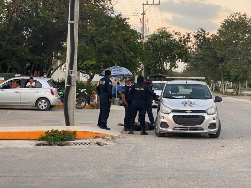 Brutalidad policiaca deriva en la muerte de una mujer en Tulum; agentes usaron la fuerza excesiva aun cuando la mujer estaba tirada y esposada.