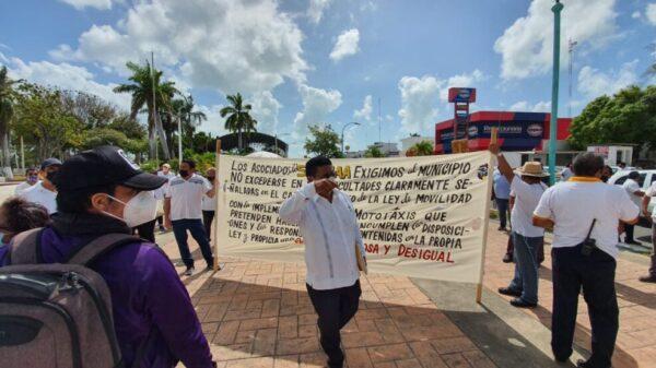 Protestan taxistas por concesiones a mototaxis en Othón P. Blanco.