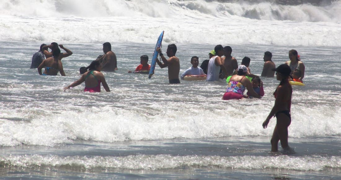 Pese a pandemia, turistas atiborran playas de Acapulco