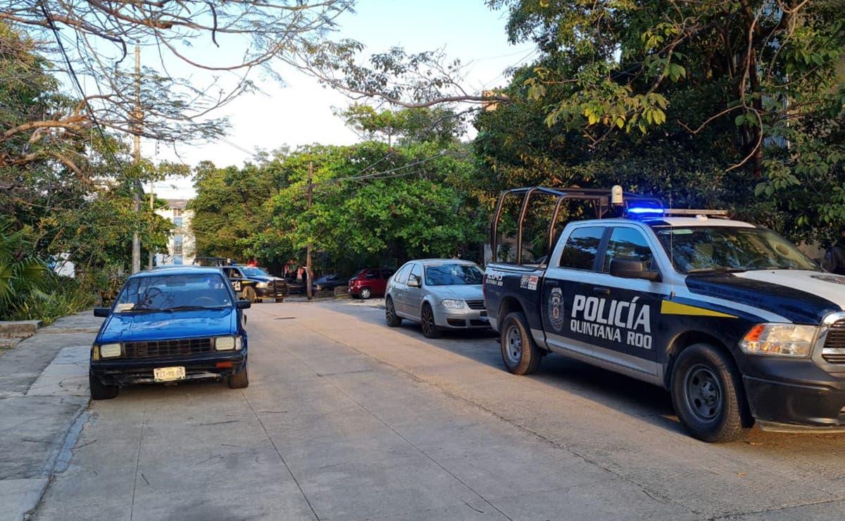 Encuentran policías auto abandonado con armas en Cancun
