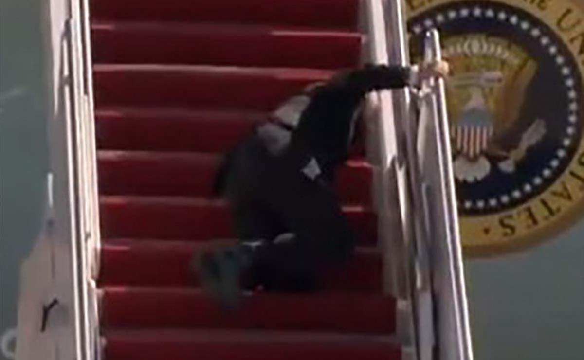 Biden se tropezó al subir al avión presidencial