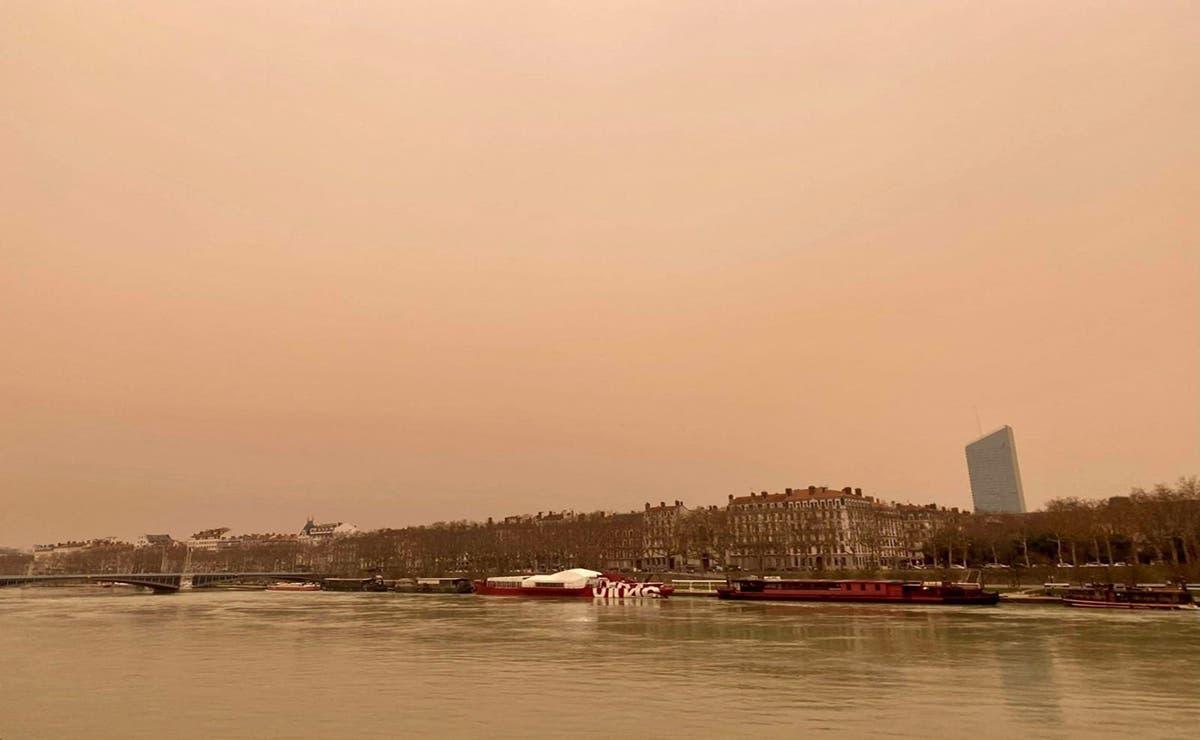 Una inusual tonalidad amarillenta en el cielo de distintas localidades europeas que ocasionó el polvo del Sahara, alertó a la región.