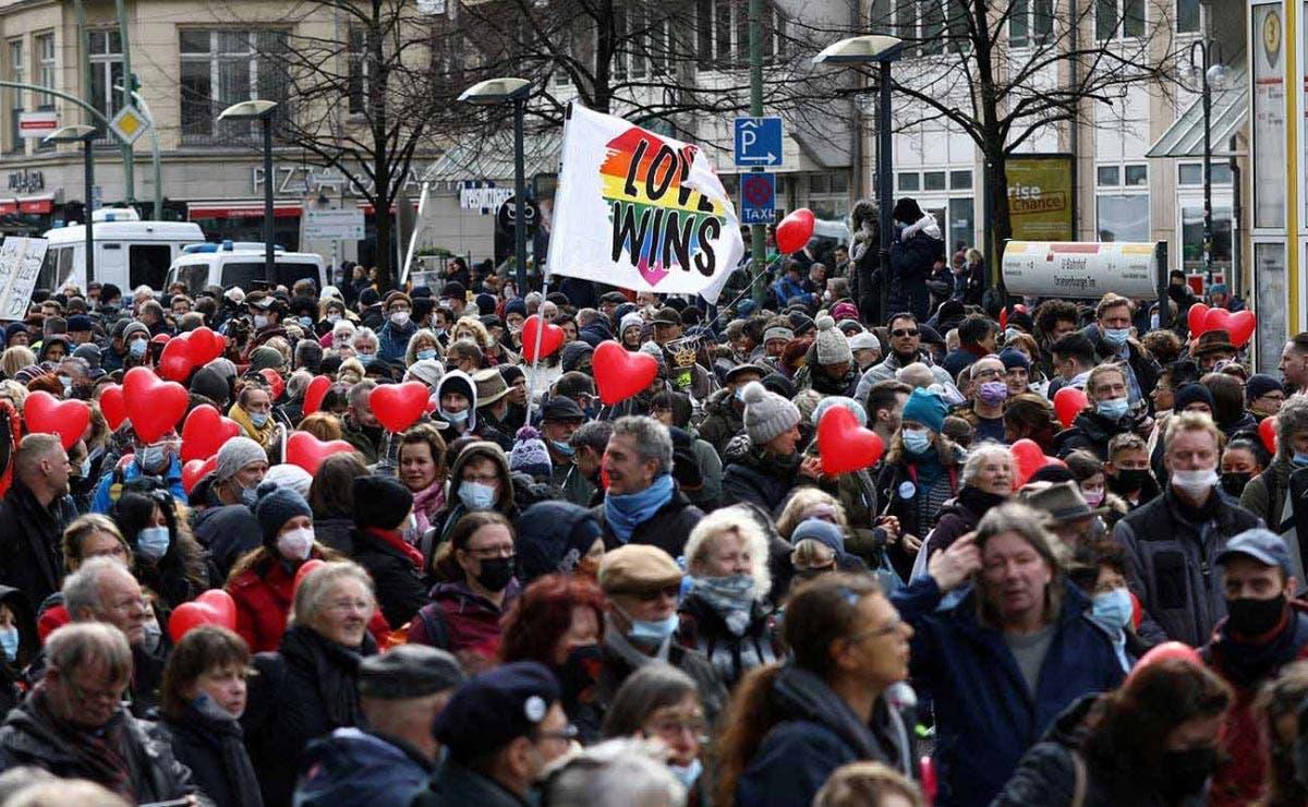 Desfilan grupos anticovid en Alemania