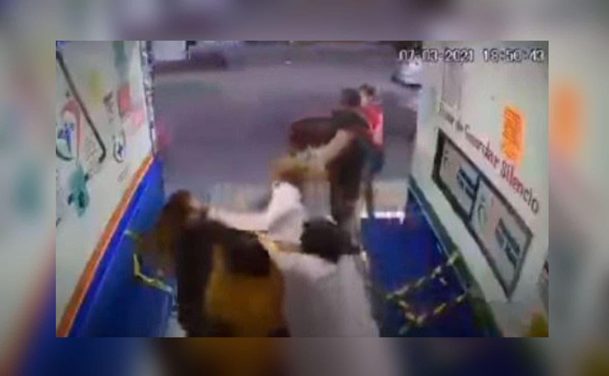 Una doctora fue agredida luego de que le pidiera a una familia que usaran cubrebocas cuando entraban a una farmacia