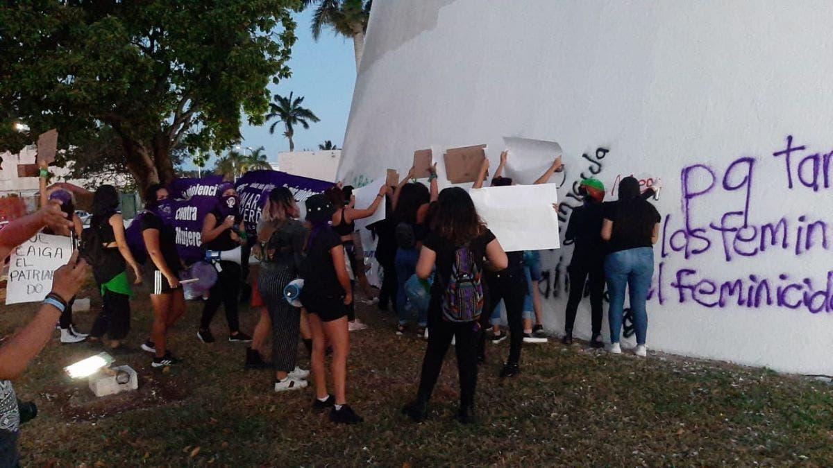 Feministas vandalizan de nuevo sede del Congreso de Quintana Roo.