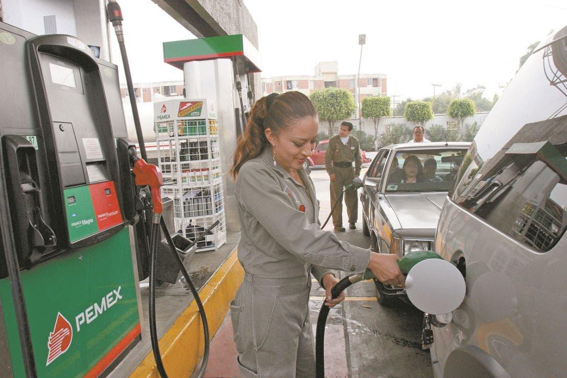 ¡Se acabó la robadera! Se quitarán concesión a gasolineras que no den litros completos, advierte AMLO.