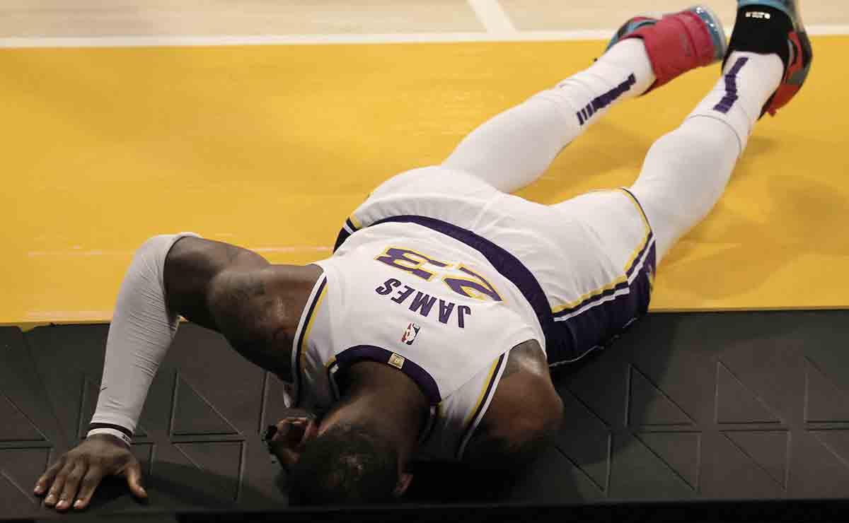 Tiemblan los Lakers, LeBron James se lesiona