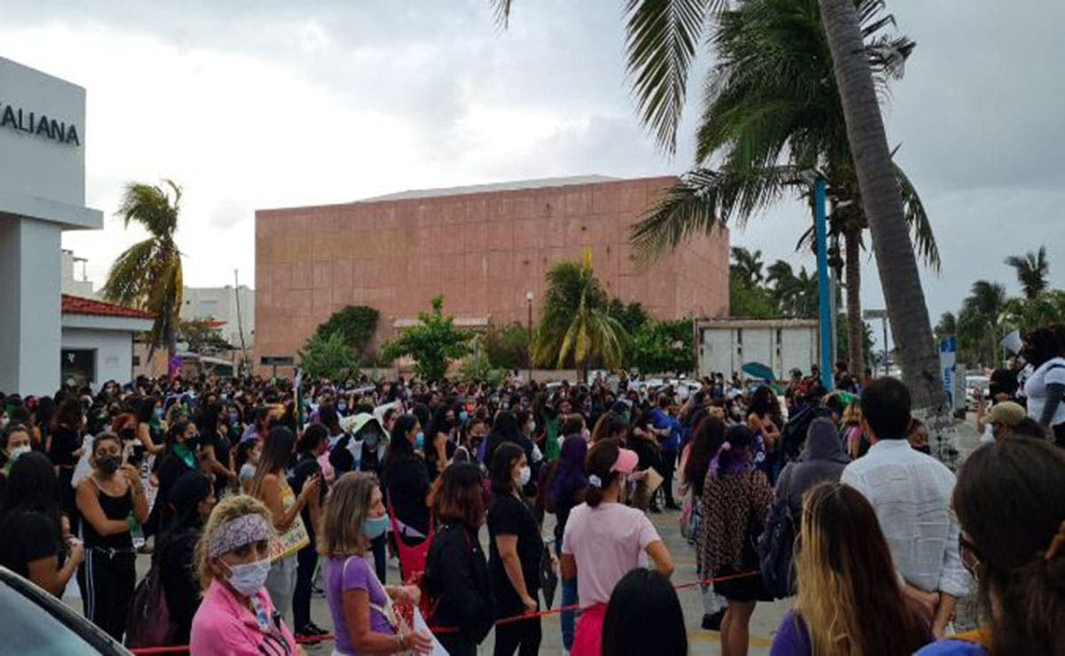 Diversos colectivos feministas iniciaron acciones de protesta en la zona hotelera de Cancún con motivo del Día Internacional de la Mujer