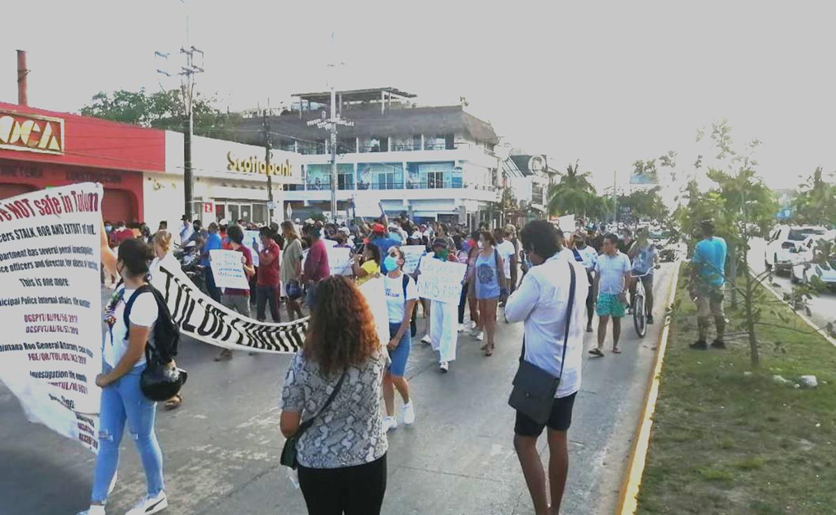En protesta por la muerte de una mujer a manos de agentes de la Policía Municipal, un grupo de ciudadanos realizaron una manifestación en Tulum