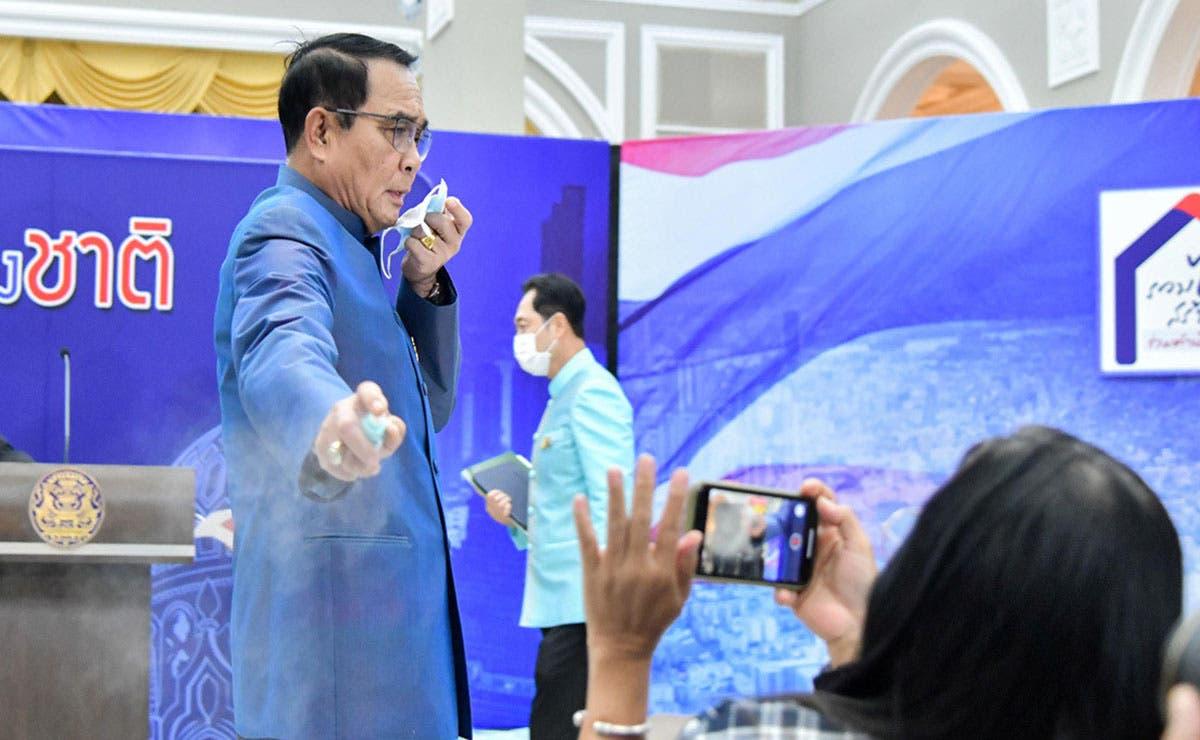 En un intento por evitar preguntas incómodas,el primer ministro de Tailandia interrumpió este martes su propia conferencia de prensa