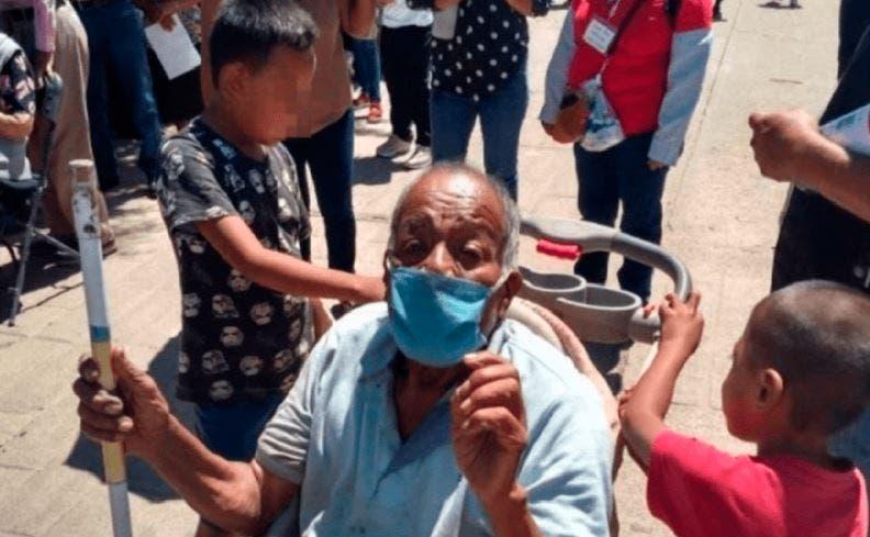 Dos menores de edad se robaron el corazón de los internautas, quienes en una carriola llevaron a vacunar contra el Covid-19 a su abuelito