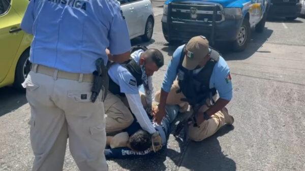 En redes sociales circula un video en donde se pone de manifiesto una vez más la brutalidad policiaca. El caso se registró en Acapulco, Guerrero
