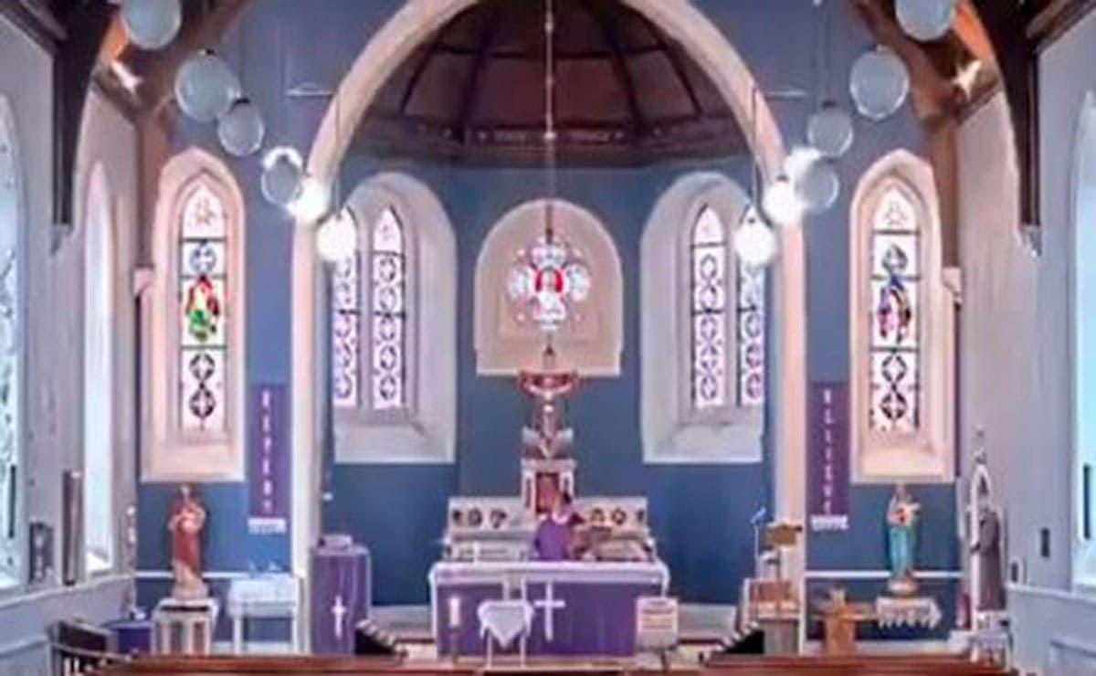 Un sacerdote sorprendió a su feligreses cuando por un error puso una canción muy lejos de los cánticos santos.
