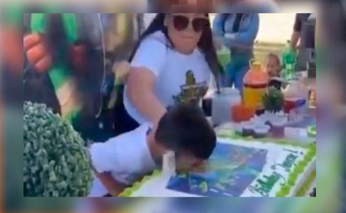 Es tradición que el cumpleañero termine embarrado de pastel, pero a un niño le disgustó tanto que lo empujaran que su reacción se viraliza