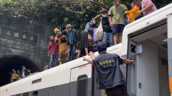 Mueren 48 personas en Taiwán por descarrilamiento de tren.