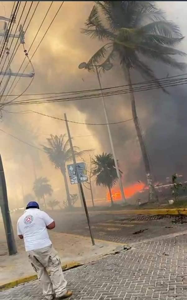 Fuego arrasa con restaurantes en pleno centro de Isla Mujeres; se ignoran el origen del incendio que ya afectó varios locales.