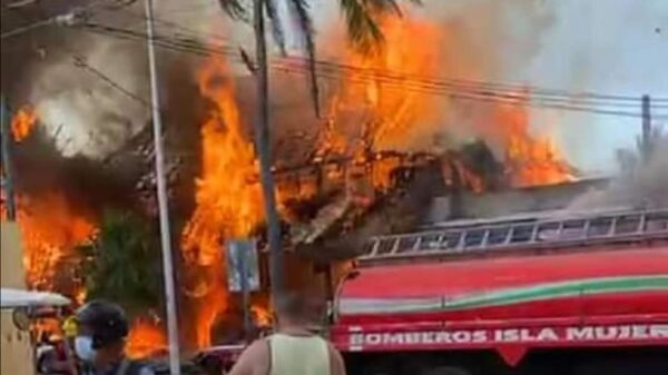 Fuego arrasa con restaurantes en pleno centro de Isla Mujeres (VIDEO).