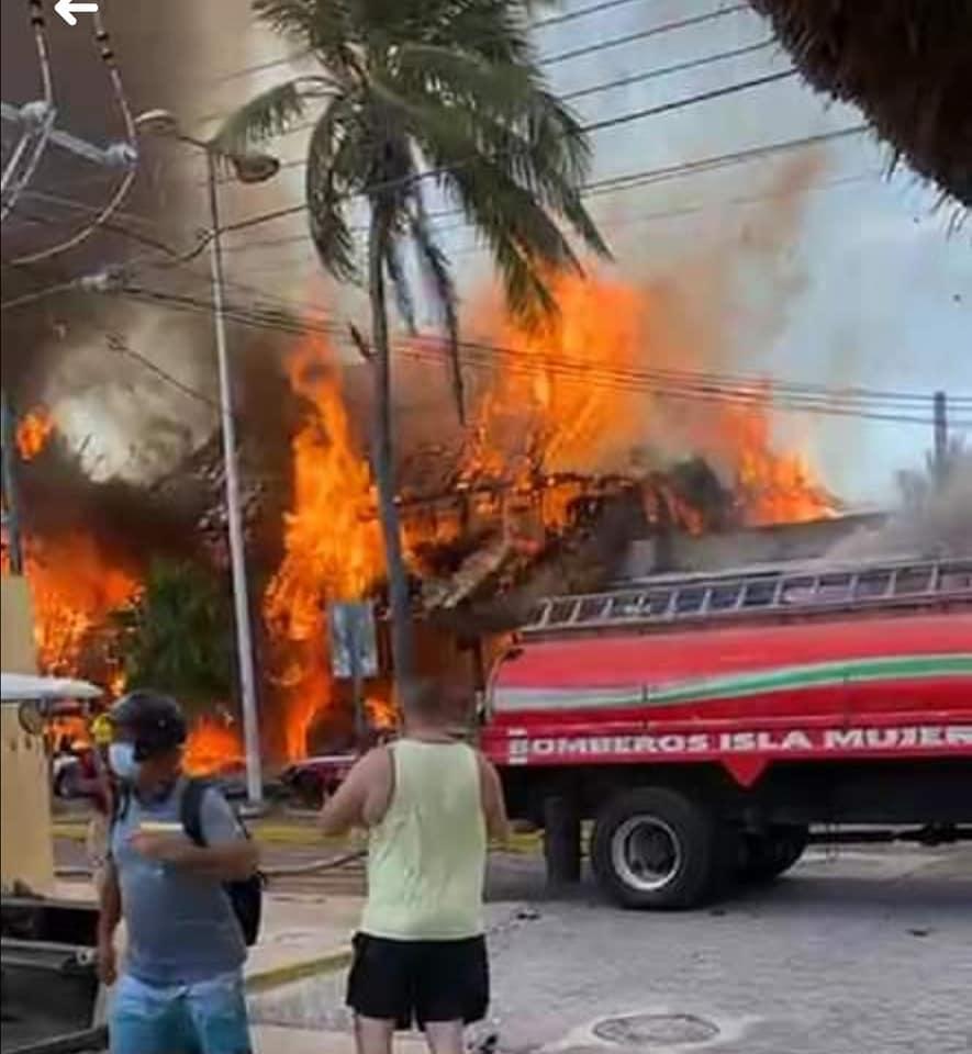 Fuego arrasa con restaurantes en pleno centro de Isla Mujeres (VIDEO).