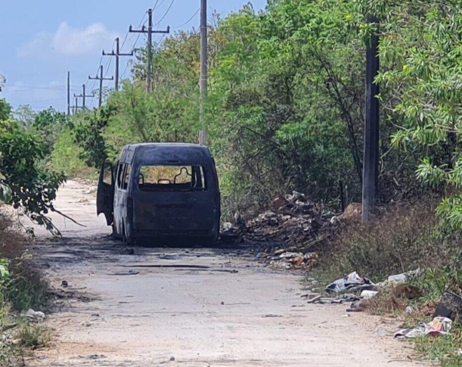 Queman otra unidad de Maya Caribe en Cancún (VIDEO); el chofer fue despojado de una Urvan por dos sujetos armados.