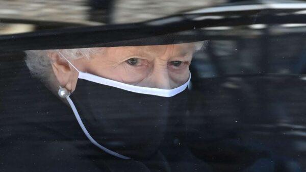 La Reina Isabel II llega a los 95 años vestida de luto