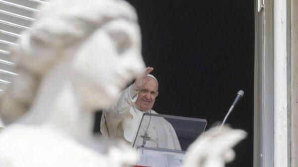 Reaparece el Papa Francisco en público para dar la bendición.