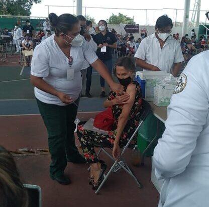 Doña Florinda Meza recibe su primera vacuna contra Covid-19 en Cancún