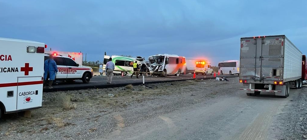 Choque en carretera de Sonora deja 16 muertos y 13 lesionados; camión con personal de una minera se impacta contra un van turística.