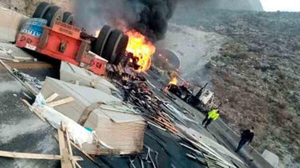 Chocan dos tráileres y se incendian en la carretera Saltillo-México