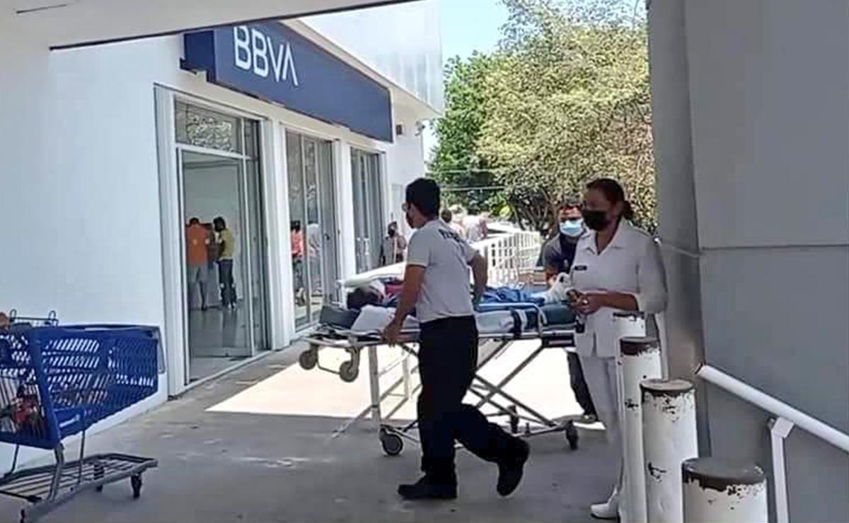 Banco en Chetumal obliga a cuentahabiente enfermo a presentarse en camilla