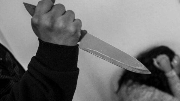 Hombre le corta la cara a su esposa; ella se niega a denunciarlo