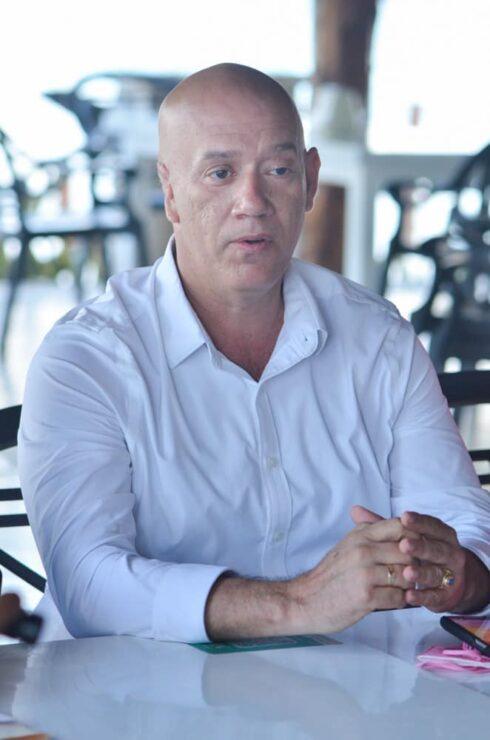 Tirso Esquivel, aspirante a presidente municipal de Puerto Morelos por el partido Fuerza por México.