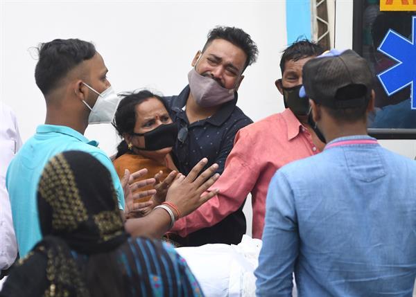 En India mueren 22 pacientes de Covid al cortarse el suministro de oxígeno; la tragedia ocurrió en un hospital del estado de Maharashtra.