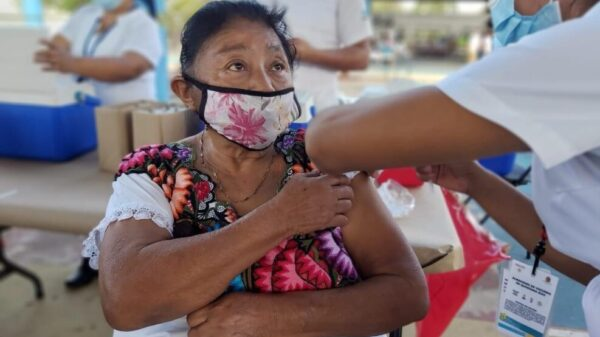 Entusiasta arribo de adultos mayores en zona maya, para ser vacunados
