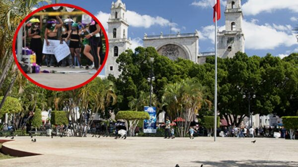 Feministas se manifiestan en la plaza grande de Mérida