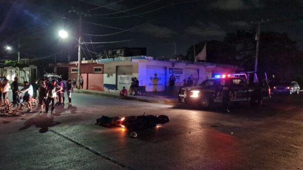 Cancún: Chocan motoneta y bici, ambos jinetes resultan lesionados